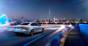Nicht nur der Jaguar weiß genau wo er ist: Sein Hersteller überwacht sicherlich Position und Geschwindigkeitsüberschreitungen.