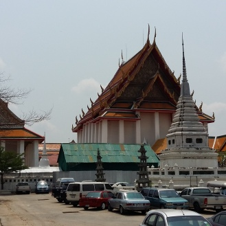 Destination No. 2 - the Wat Kalayanamitr. Give Sickboy a break, take of shoes and step inside... overwhelmed by a huge huge golden surprise.