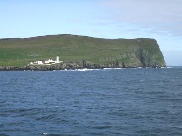 Schon nächsten Tag erreichten wir Lerwick auf den Shetlands, der Kapitän hupte, die Menschen winkten. Ich stand an Deck und sah begeistert zu, wie das Schiff vorbei am Leuchturm in den Hafen glitt.